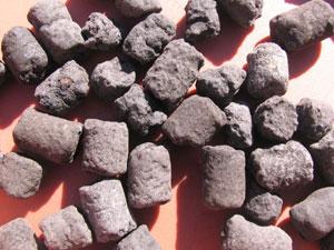 発酵させた油かすに、泥炭を加えた固形肥料